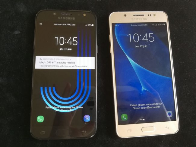 Le Samsung Galaxy J5 2017 à gauche, le J5 2016 à droite