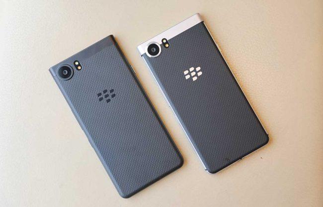 À gauche, le nouveau KeyOne Black Edition, à droite, le premier modèle.