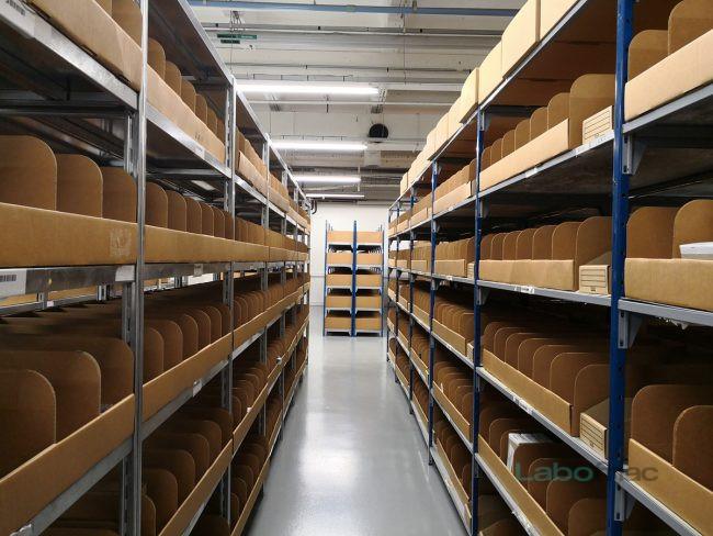 Dans ces rayonnages sont classées quelque 6500 pièces détachées. © Laure Renouard / LaboFnac