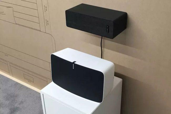 Prototype d'enceinte Ikea, fixée au mur au-dessus d'une Sonos Play:5 © Sonos (via The Verge)