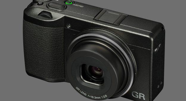 Le Ricoh GR III est officiellement lancé : nouvelle optique, écran tactile…