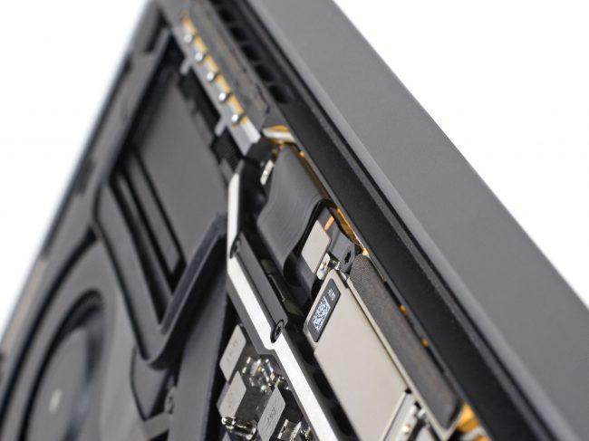Câble flexible reliant l'écran des MacBook Pro avec Touch Bar au contrôleur © iFixit