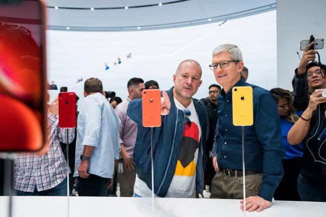 Jony Ive et Tim Cook lors du lancement de l'iPhone Xr en septembre 2018. © Apple