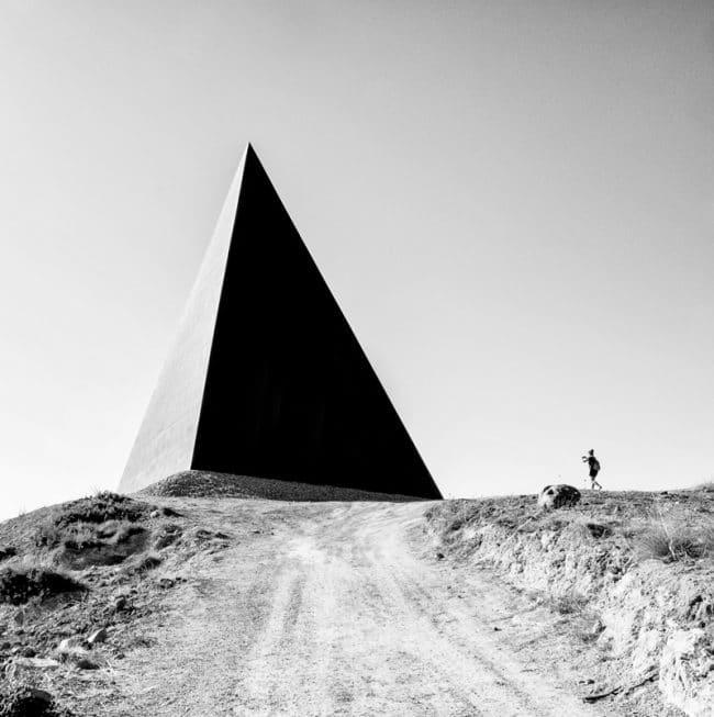 Une photographie en noir et blanc représentant 38° Parallelo, une sculpture pyramidale de Mauro Staccioli installée à l'endroit précis où les coordonnées géographiques touchent le 38e parallèle. – © Rosaria Sabrina Pantano, Italy, Winner, Open, Architecture, 2020 Sony World Photography Awards