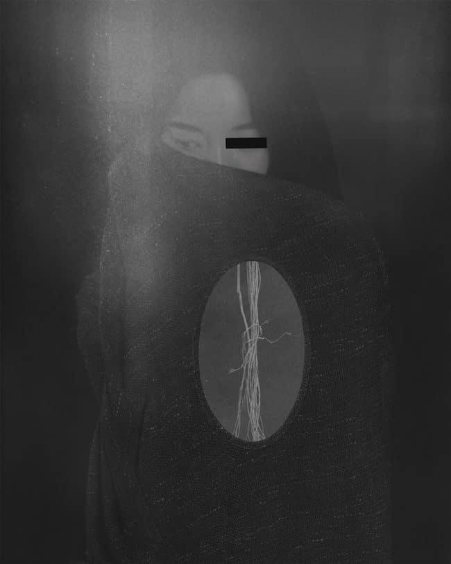 Le portrait d'une jeune femme avec un collage d'éléments à portée symbolique. Ce noir et blanc fait partie de la série Hua (« fleur » en chinois) présentant les fleurs comme des métaphores de la féminité. – © Suxing Zhang, China, Winner, Open, Creative, 2020 Sony World Photography Awards