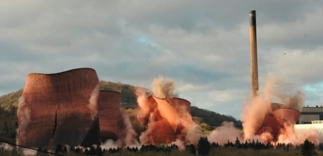 Un souvenir de la démolition des quatre tours de refroidissement de la centrale électrique d'Ironbridge, dans le Shropshire, le 6 décembre 2019. – © Alec Connah, United Kingdom, Winner, Open, Motion, 2020 Sony World Photography Awards