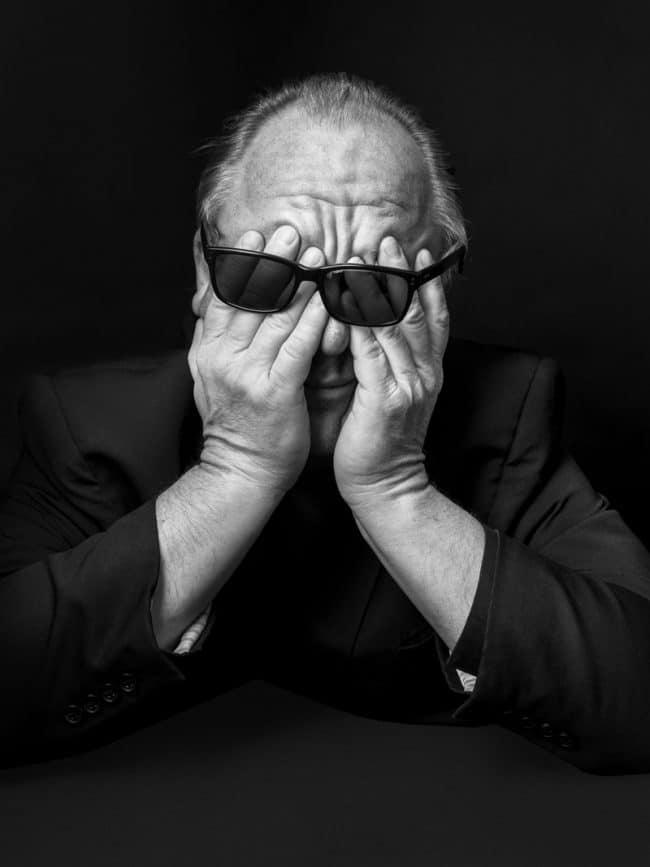 Un portrait en noir et blanc du leader des Pixies, Charles Thompson (alias Black Francis), réalisé à l'origine pour MOJO Magazine. Photographe portraitiste expérimenté, Tom Oldham ignorait comment aborder sa mission tant son sujet comptait de séances photos depuis le début de sa carrière. Le portraitiste lui a donc demandé de manifester sa frustration, les mains plongées dans le visage. Le résultat obtenu était si réussi que la photographie a été positionnée en tête d'article. – © Tom Oldham, United Kingdom, Category Winner, Open, Portraiture, 2020 Sony World Photography Awards