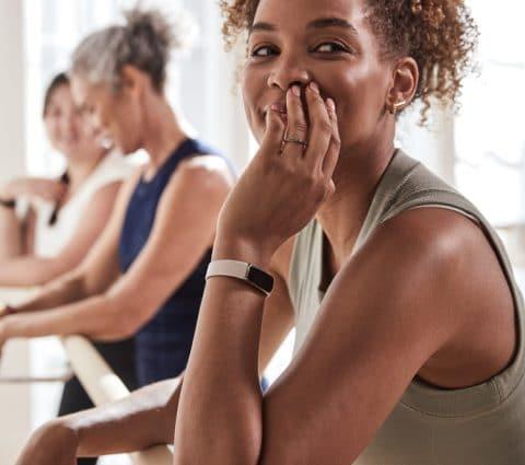 Fitbit Luxe : un nouveau bracelet connecté conçu comme un «bijou»