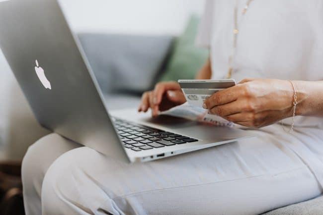 Ordinateur e-commerce, achats sur Internet