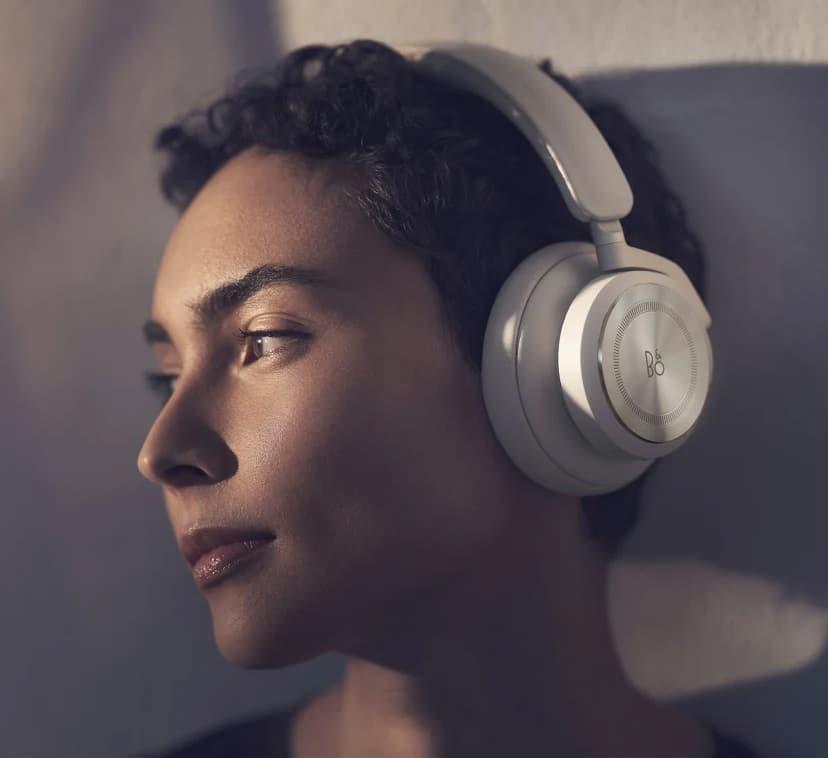 Beoplay HX : Bang & Olufsen dévoile son nouveau casque à réduction de bruit adaptative