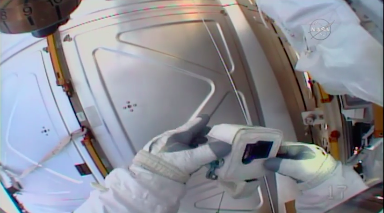 En direct, cet astronaute se rend compte qu'il a oublié la carte SD de sa GoPro